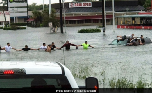 texas-human-chain-rescue-650_650x400_71504154096